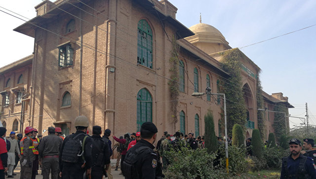 При нападении на университетский кампус в Пакистане пострадали 16 человек