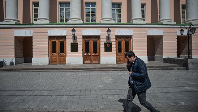 Прохожий у здания Московской городской Думы на Страстном бульваре в Москве