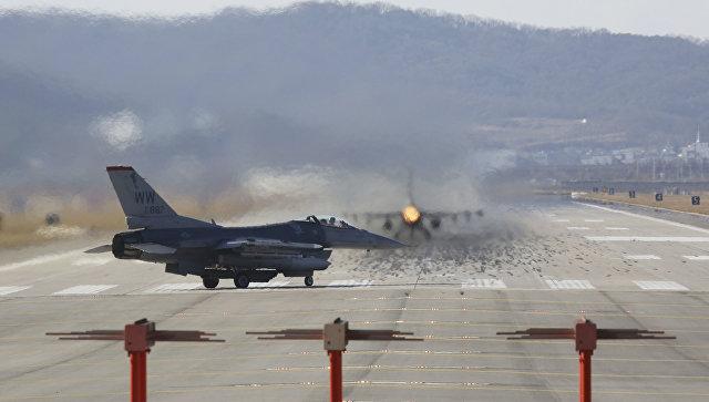 Истребители ВВС США F-16 на авиабазе Осана во время совместных учений с Южной Кореей. 4 декабря 2017