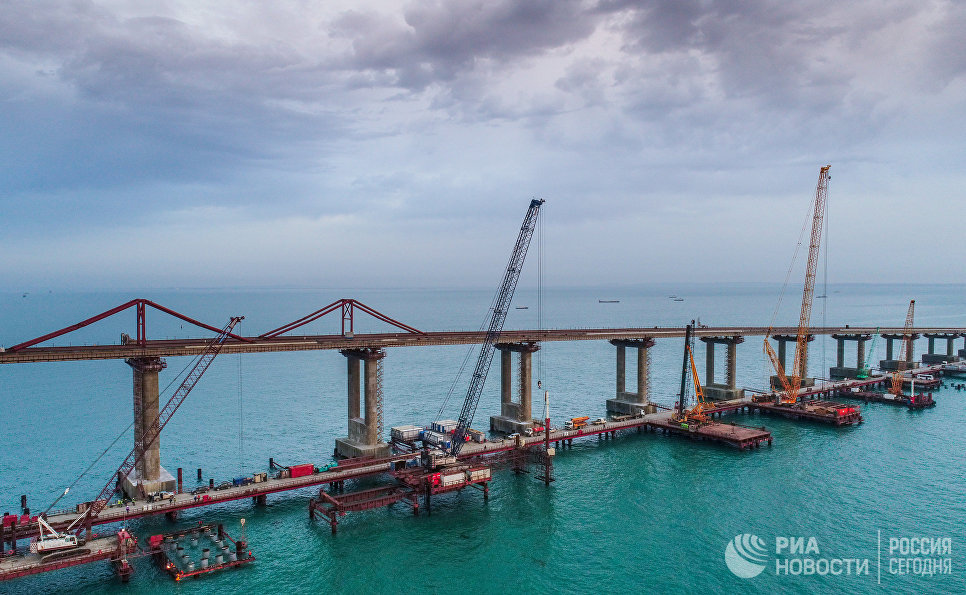 Вид на строящийся Крымский мост в Керченском проливе. 3 декабря 2017