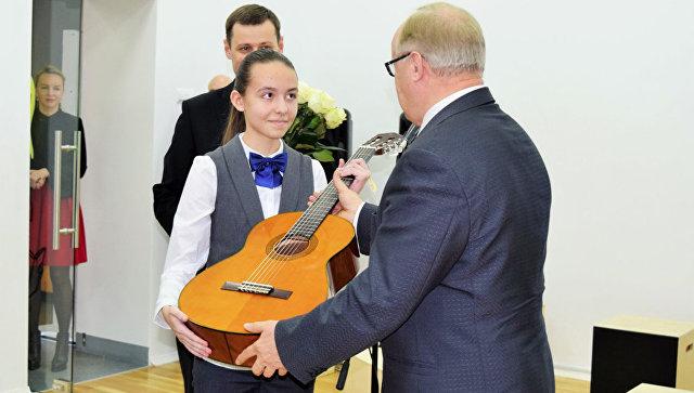 Вручение гитары от президента России Владимира Путина ученице Санкт-Петербургской детской музыкальной школы имени В.В. Андреева Анастасии Пискун