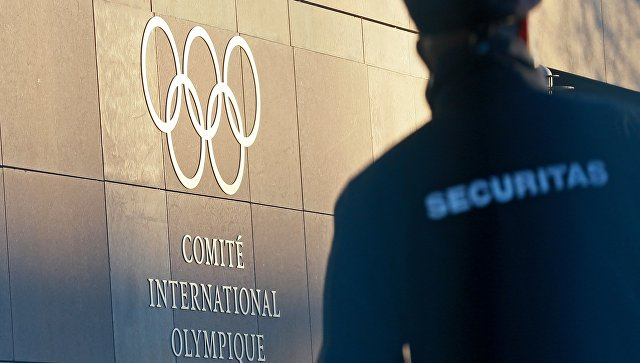 Олимпийский символ на здании штаб-квартиры Международного олимпийского комитета в Лозанне. 5 декабря 2017