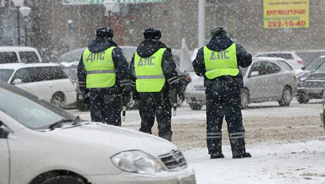 Сотрудники дорожно-патрульной службы ГИБДД регулируют движение на дорогах. Архивное фото