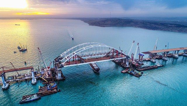 Арки автомобильного и железнодорожного пролетов строящегося Крымского моста над центральным фарватером в Керченском проливе. Архивное фото