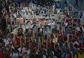 Люди несут портреты президента Кубы Фиделя Кастро во время марша на кладбище Санта-Ифигения в первую годовщину захоронения в Сантьяго-де-Куба. 4 декабря 2017 года