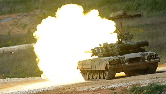 Танк Т-80 во время показа техники в рамках подготовки к международному военно-техническому форуму Армия-2015 в Московской области