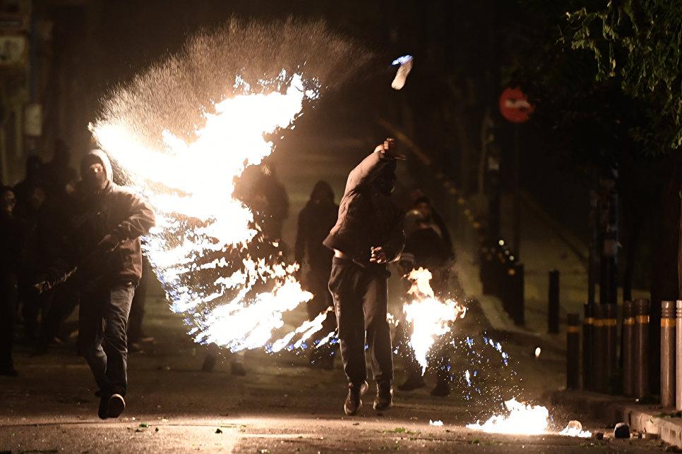 Протестующий во время шествия в день годовщины убийства полицейским 15-летнего Александроса Григоропулоса в Афинах