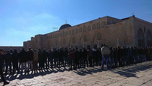 Верующие у мечети аль-Акса в Иерусалиме