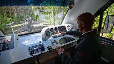 Машинист на станции Зоопарк Детской железной дороги