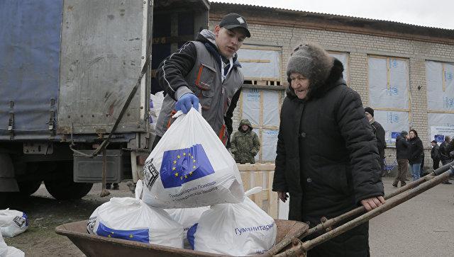 Жительница Украины получает гуманитарную помощь из ЕС