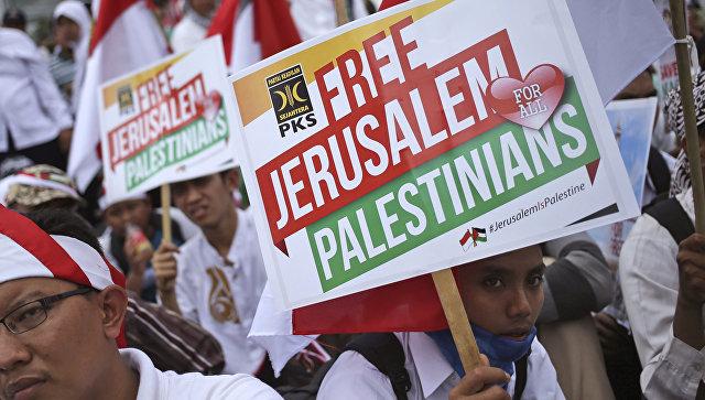 Человек с плакатом во время митинга против решения президента Дональда Трампа признать Иерусалим в качестве столицы Израиля перед посольством США в Джакарте, Индонезия. 10 декабря 2017