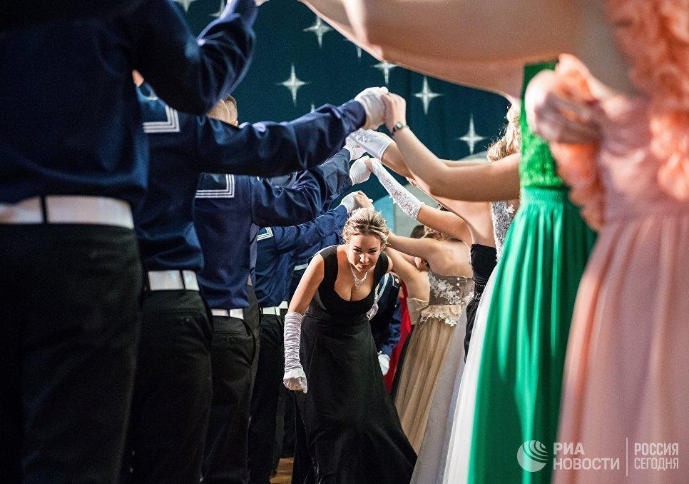 Курсанты Черноморского высшего военно-морского Ордена Красной Звезды училища имени П. С. Нахимова на традиционном Осеннем балу с участием коллектива исторического бального танца Ангаже в Севастополе
