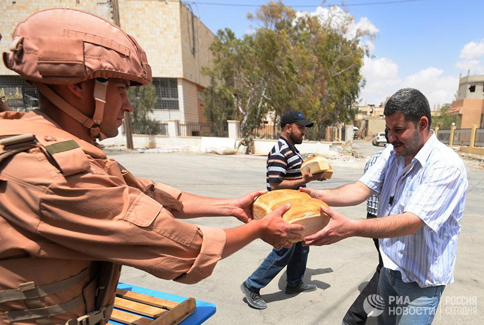 Раздача хлеба российскими военнослужащими жителям Пальмиры