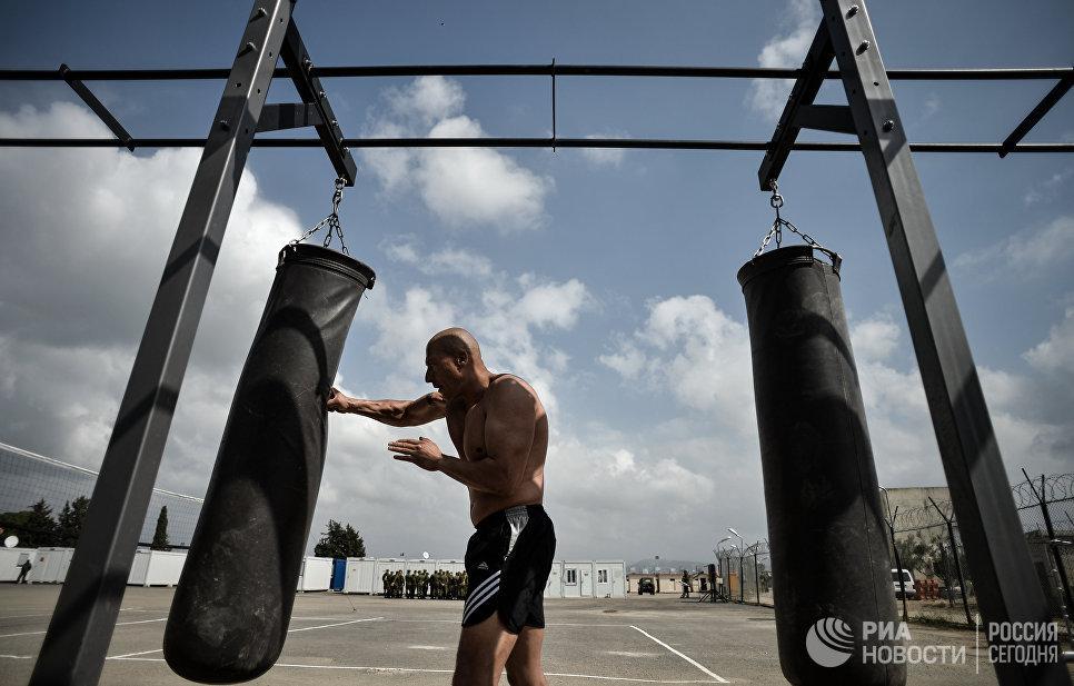 Военнослужащий занимается спортом на авиабазе Хмеймим в сирийской провинции Латакия