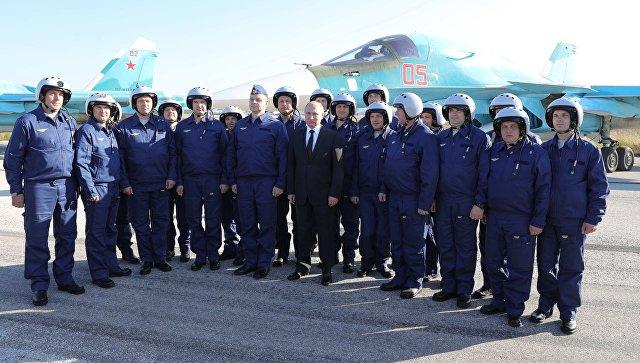 Владимир Путин фотографируется с российскими военнослужащими во время посещения авиабазы Хмеймим в Сирии. 11 декабря 2017