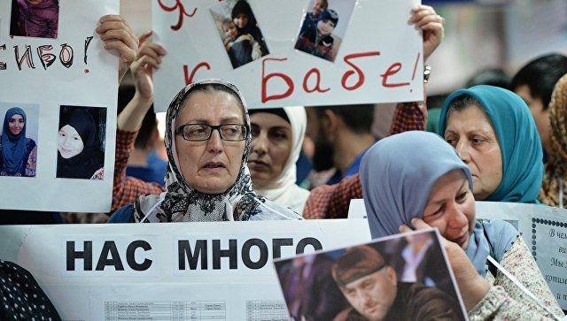 Жительницы Чечни во время встречи российских детей и женщин, возвращенных из Ирака, в аэропорту Грозного