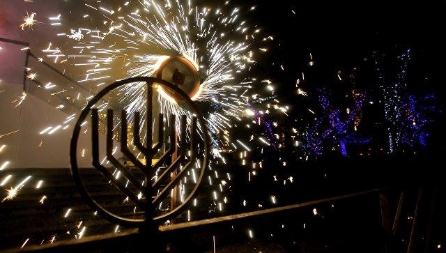 Праздничный фейерверк на торжественной церемонии зажжения ханукальных свечей на площади Революции в Москве. 12 декабря 2017