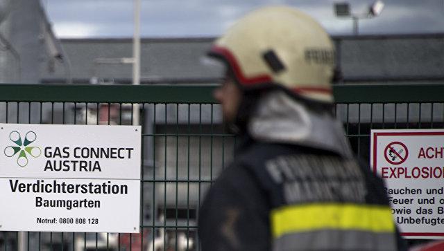 Пожарный около главного узла газопровода в Баумгартене, Австрия. 12 декабря 2017