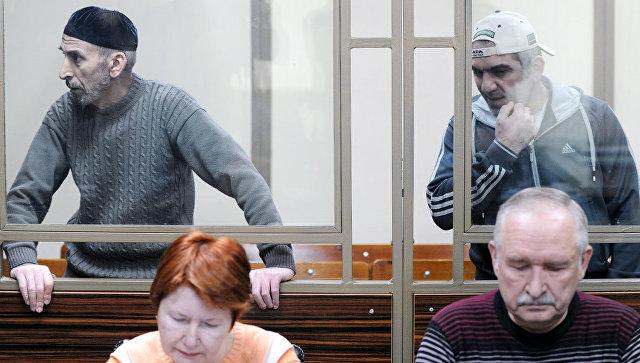 Обвиняемые в захвате заложников в Буденновске в 1995 году участники банды Шамиля Басаева во время заседания Северо-Кавказского окружного военного суда в Ростове-на-Дону. 13 декабря 2017