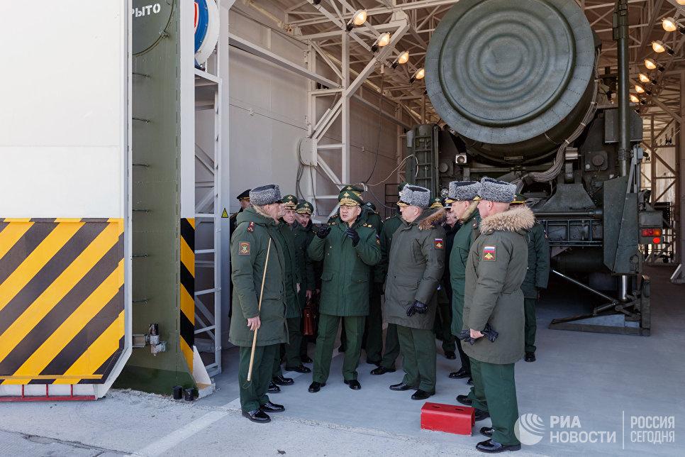 Министр обороны РФ Сергей Шойгу у подвижного грунтового ракетного комплекса пятого поколения Ярс в Новосибирске