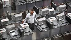 Комплекс обработки избирательных бюллетеней в информационном центре ЦИК РФ. Архивное фото