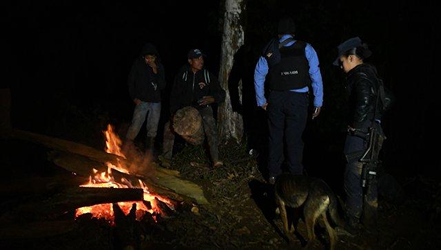 Работа полиции на месте крушения вертолета, в котором погибла сестра президента Гондураса Хильда Эрнандес. 17.12.17