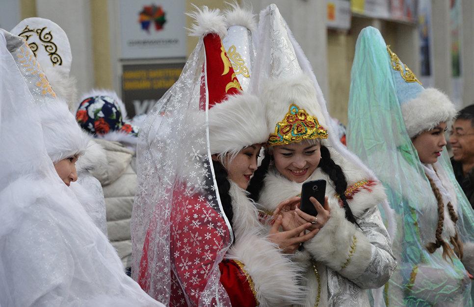 Девушки в костюмах Снегурочек во время новогоднего парада в Бишкеке, Киргизия