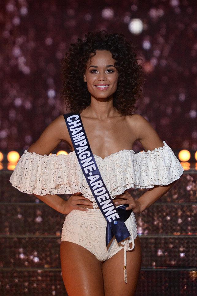 Мисс Шампань-Арденны  Safiatou Guinot во время конкурсаМисс Франция 2018 в Шатору, Франция. 16 декабря 2017 года