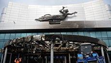 Рабочие у входа в киноконцертный театр Космос в Екатеринбурге, пострадавший в результате пожара. 4 сентября 2017