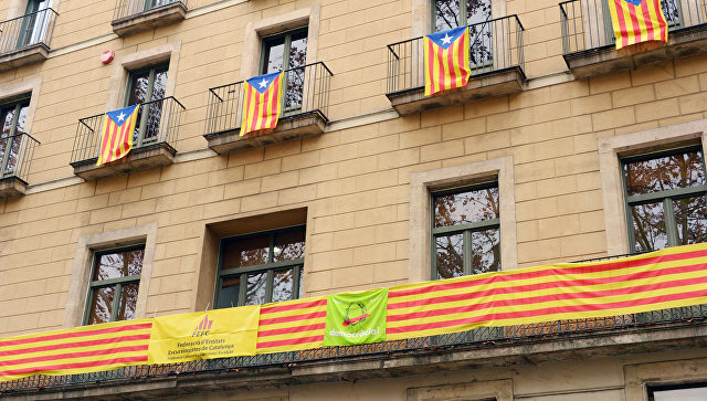Каталонские флаги в Барселоне перед досрочными выборами парламента Каталонии