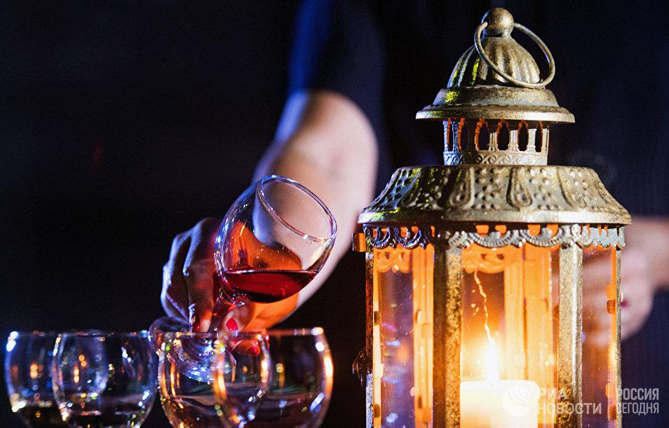 На вечерней винной дегустации «МузыКагорИМуската» во дворе основного комплекса винодельческого завода «Массандра» играет живая музыка и разливаются лучшие вина.