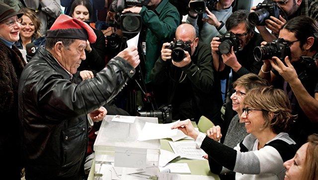 Мужчина голосует на избирательном участке на внеочередных выборах в парламент Каталонии. 21 декабря 2017