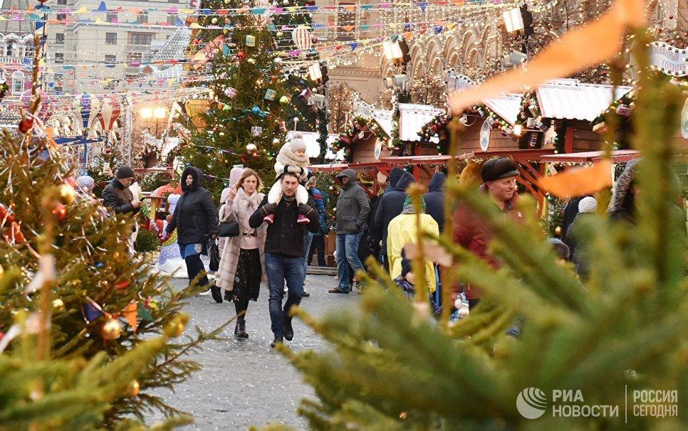 Посетители Рождественской ярмарки на Красной площади