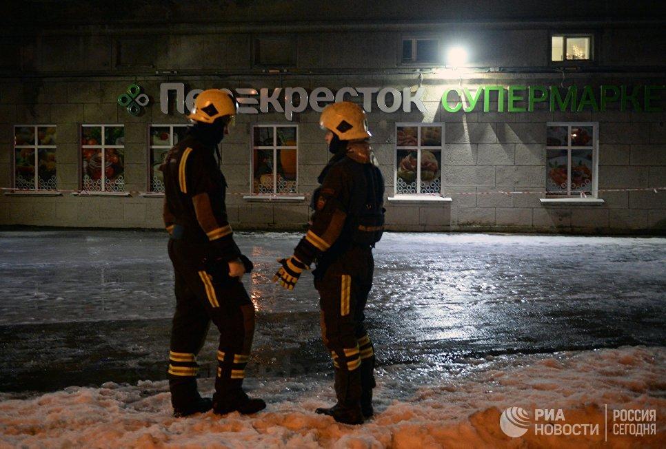 Сотрудники МЧС у входа в магазин Перекресток в Санкт-Петербурге, где произошел взрыв. 27 декабря 2017