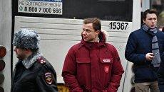 Заместитель мэра Москвы Максим Ликсутов на месте, где пассажирский автобус въехал в остановку на Сходненской улице в Москве. 29 декабря 2017