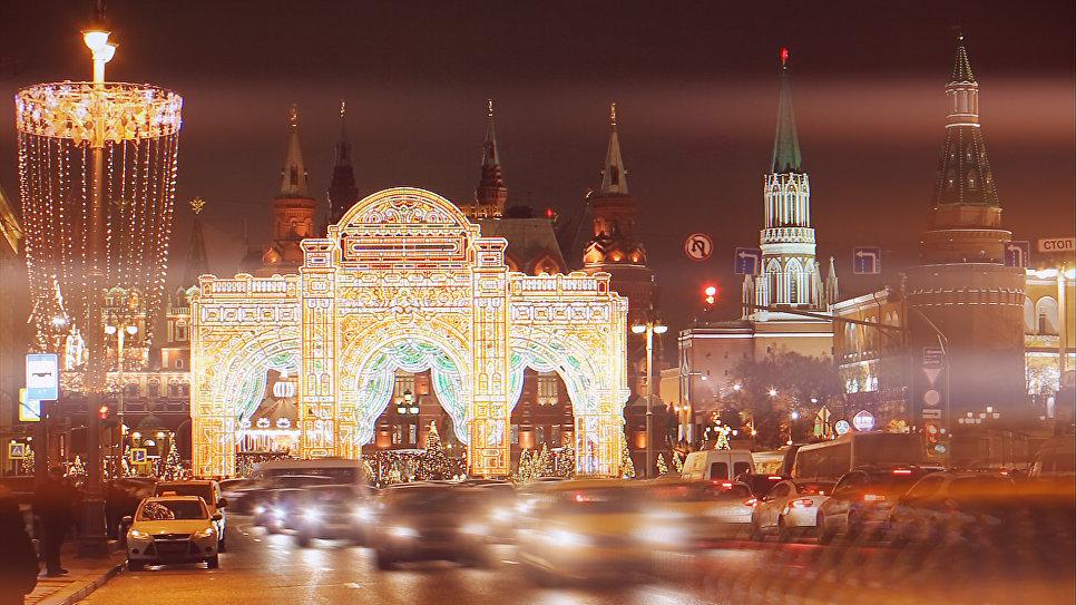 Москва радует москвичей в канун Нового года праздничным оформлением. Уникальная конструкция создана по мотивам архитектуры Малого театра на Большой Ордынке. Ширина - 26 метров, высота – 18 метров. К этой арке ведет одна из самых посещаемых улиц Москвы – Тверская. Состоит из трех арок с постепенным «сужением» каждой последующей, создавая эффект врат тоннельного типа, ведущих к интерактивной новогодней площадке «Сказочный лес».
