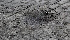 Неразорвавшийся снаряд на пешеходной дорожке, ДНР. Архивное фото