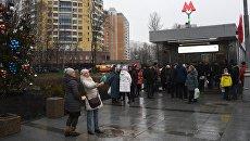 Пассажиры у вестибюля станции метро Ховрино