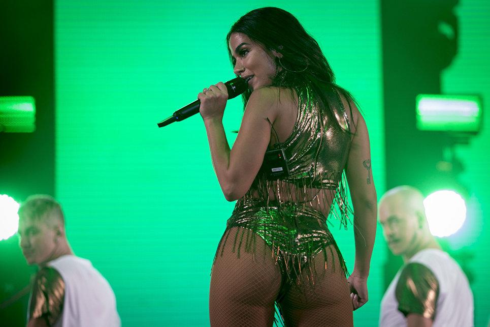 Бразильская певица Анитта выступает во время новогоднего концерта на пляже Копакабана в Рио-де-Жанейро. 1 января 2018