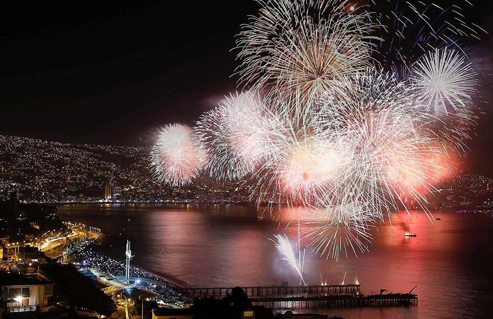 Праздничный салют во время празднования Нового года в Вальпараисо, Чили