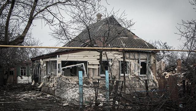 Разрушенный в результате обстрелов дом в поселке Чернухино Луганской области. Архивное фото