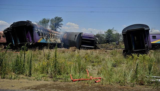 На месте столкновения поезда и грузовика в ЮАР. 4 января 2018