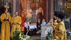 Председатель правительства РФ Дмитрий Медведев с супругой Светланой на праздничном Рождественском богослужении в храме Христа Спасителя
