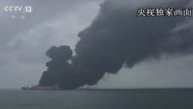 Трансляция новости на канале CCTV про пожар на панамском танкере, столкнувшемся с гонконгским сухогрузом в Восточно-Китайском море. 8 января 2018