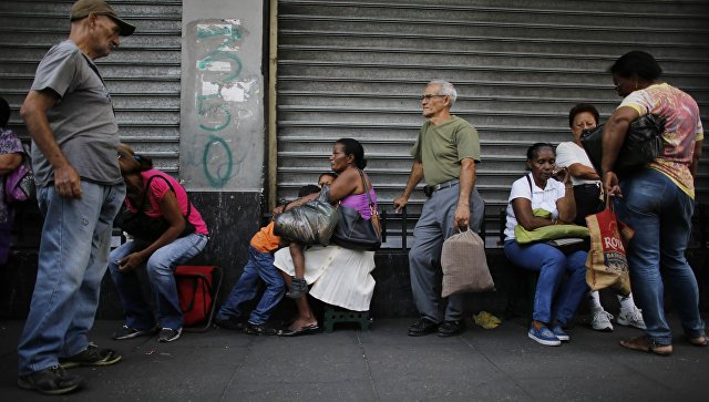 Жители Каракаса в очереди в супермаркет