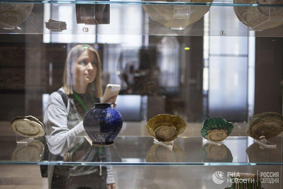 Посетительница в Музее исламского искусства в Каире