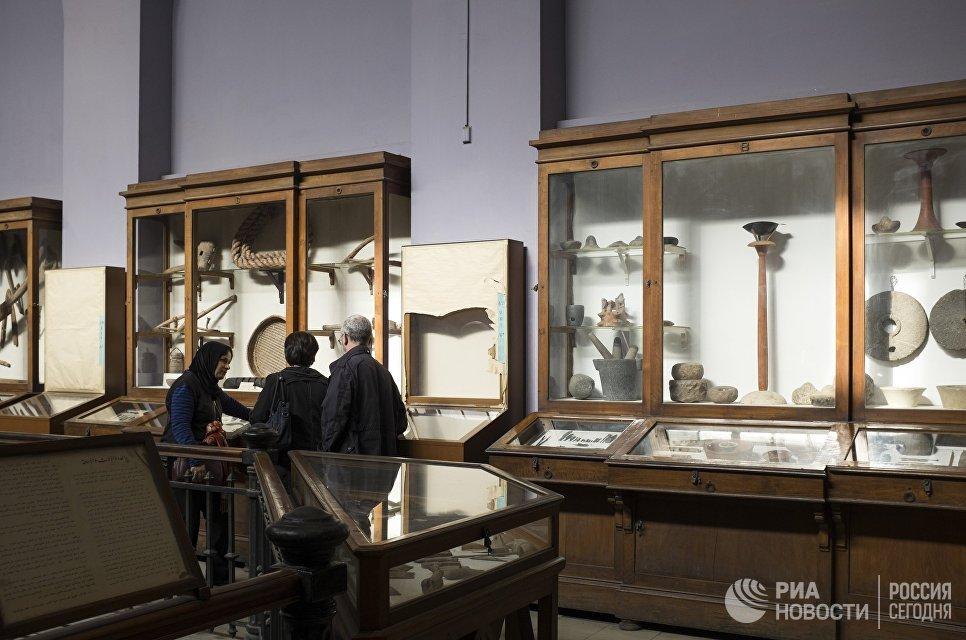 Посетители в Каирском египетском музее