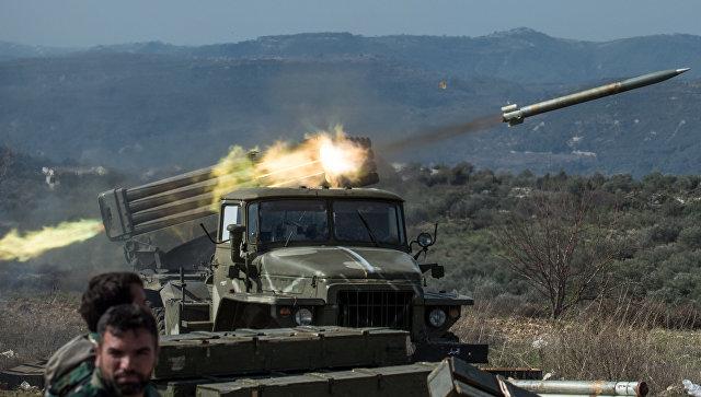 Артиллеристы сирийской армии стреляют с применением систем залпового огня Град на позициях в провинции Идлиб