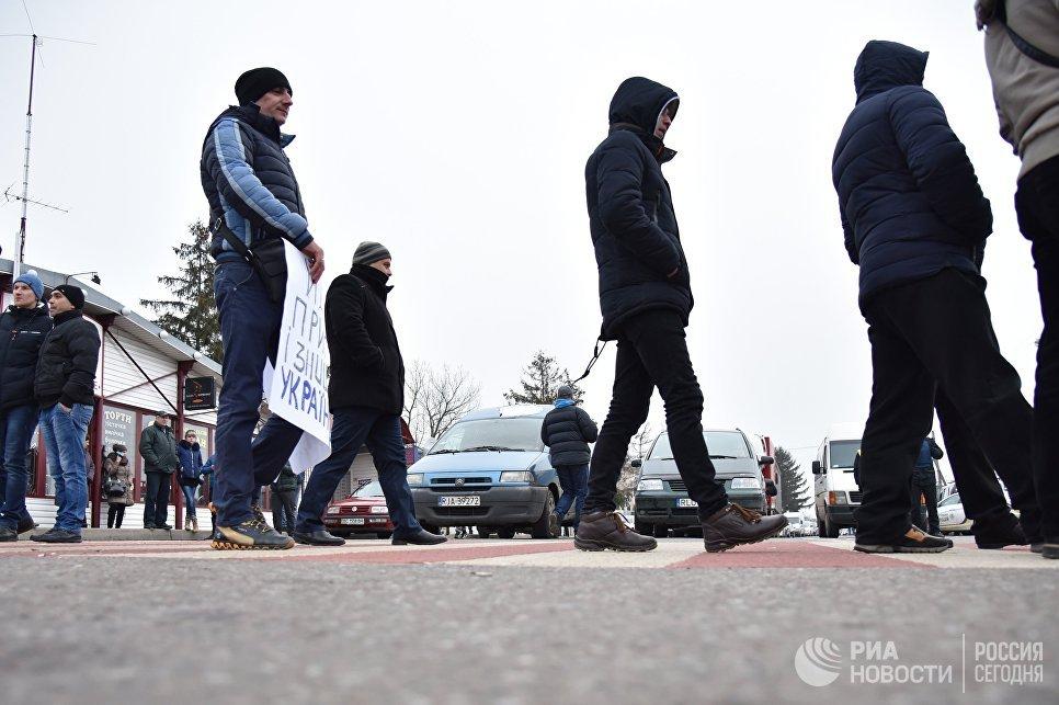 Участники акции протеста на границе между Украиной и Польшей против ужесточения таможенного контроля, запрета на перевозку товаров через границу больше определенной суммы