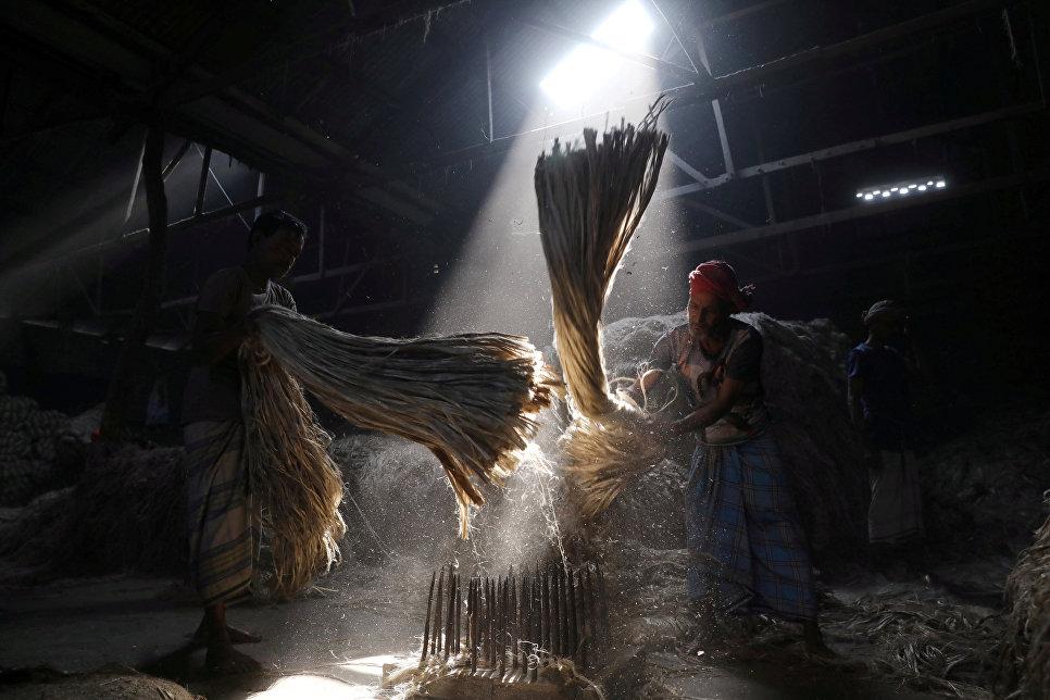 Сотрудники обрабатывают джут на мельнице в Нарайангандже, Бангладеш. 7 января 2018 года